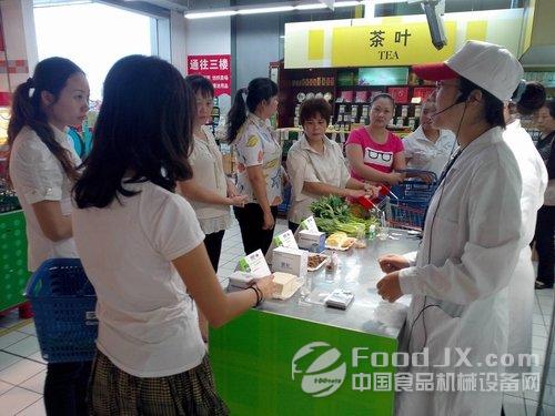 海口家乐福超市开放实验室 放心食品通过安全检测高清图片